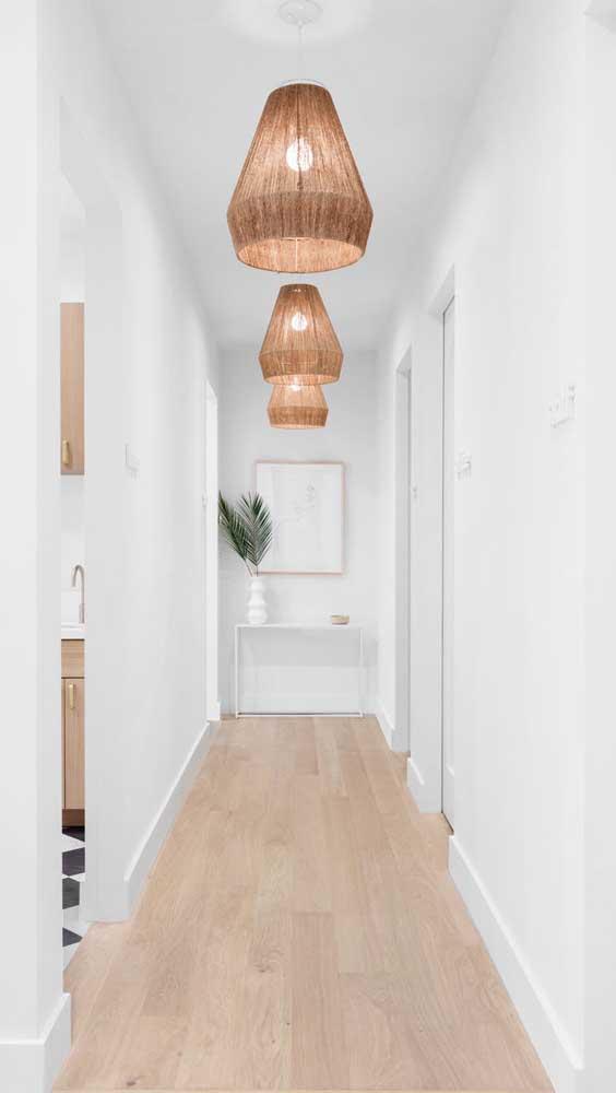 A luminária de teto rústica combina perfeitamente com um ambiente mais clean.