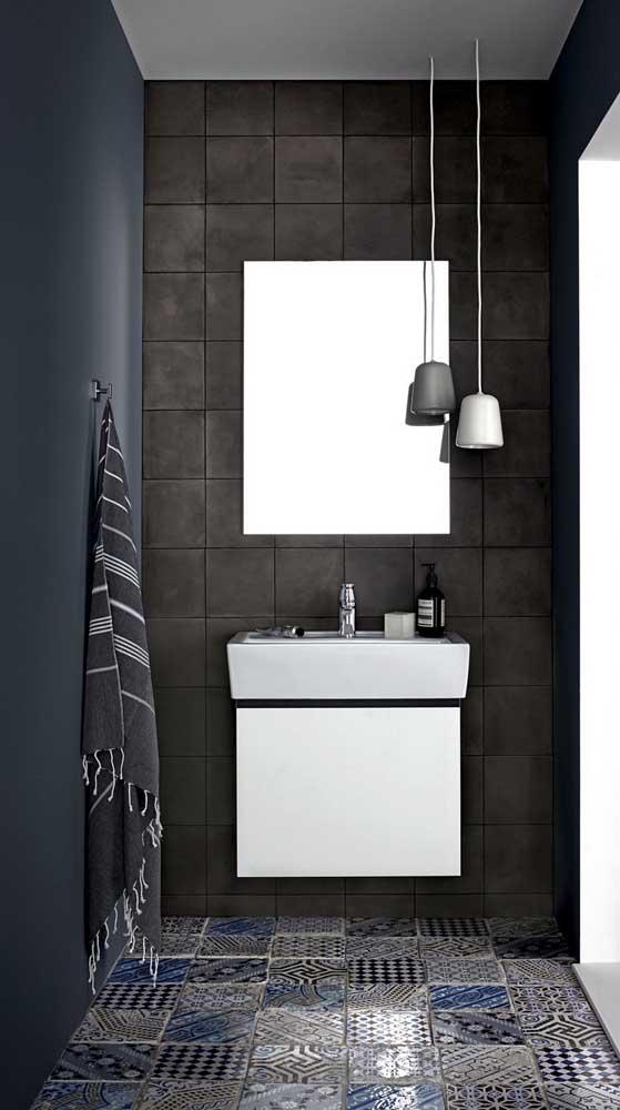 Para iluminar o banheiro, basta colocar uma luminária pendente próxima ao espelho.