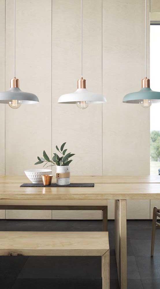 Para iluminar a mesa, o mais indicado é escolher luminárias pendentes.