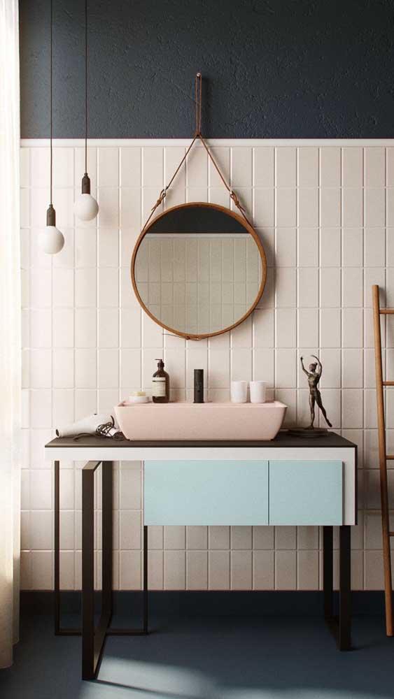 No banheiro você até pode usar luminária de teto simples.