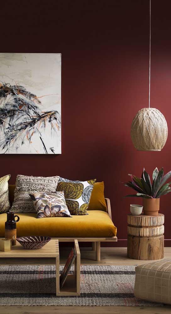 Como no caso dessa decoração da sala de estar, onde todos os móveis e itens decorativos são rústicos.
