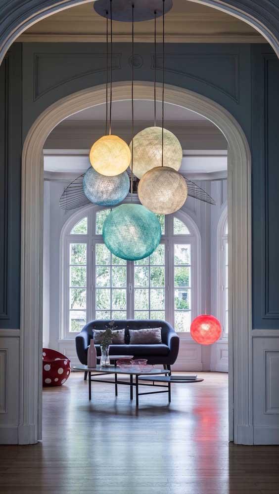 Aposte em luminárias diferentes na hora de decorar sua casa.