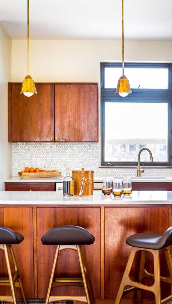 Veja como a luminária de teto está combinando perfeitamente com os móveis de madeira.