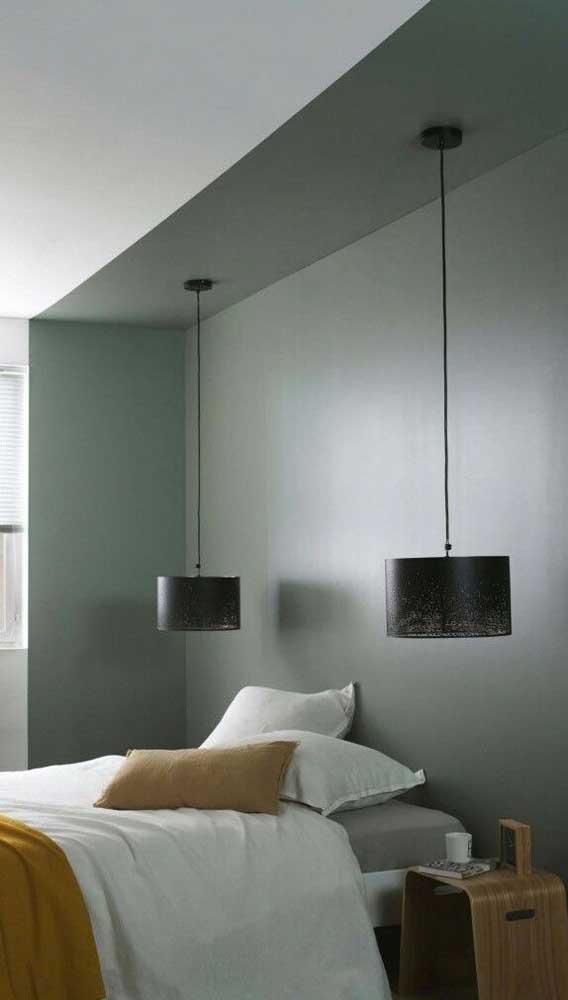 Você pode colocar uma luminária em cada lado da cama para substituir o abajur.