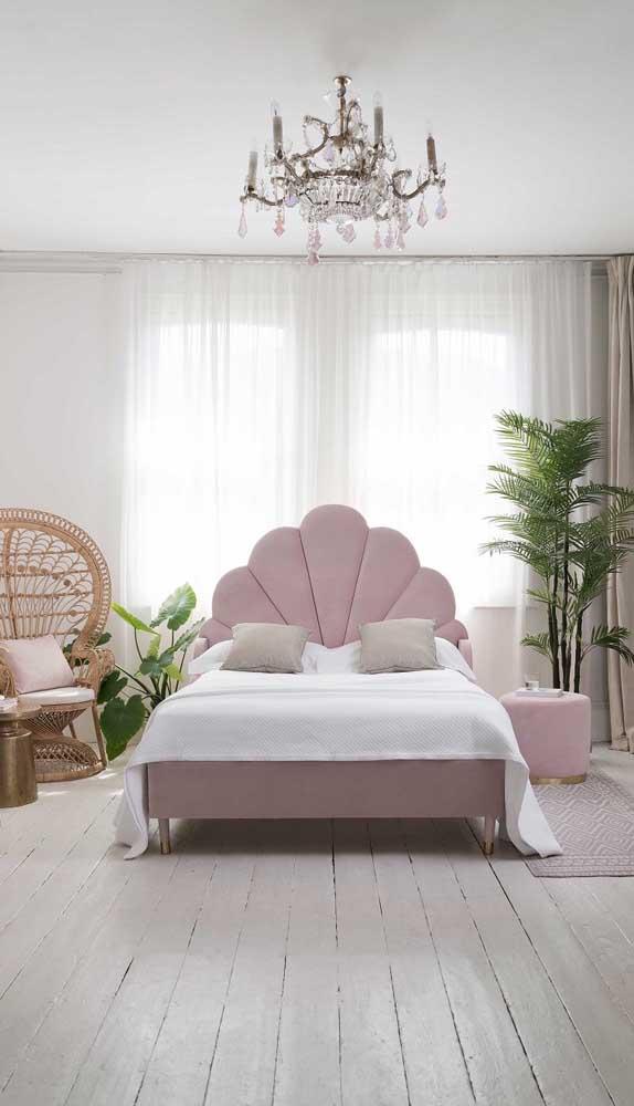 O lustre não é uma luminária de teto usada apenas na sala de estar, você pode usá-lo no quarto de casal.