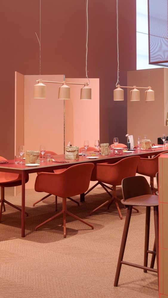 Para complementar a decoração no estilo nude, um conjunto de luminária seguindo o mesmo tom.