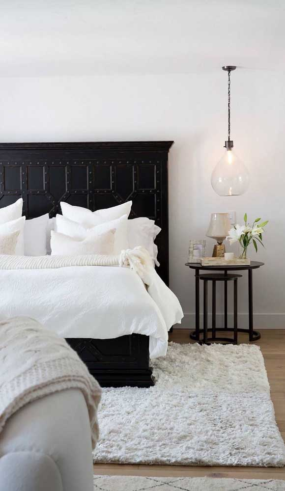 No quarto você pode instalar a luminária de teto próxima da mesa de cabeceira.
