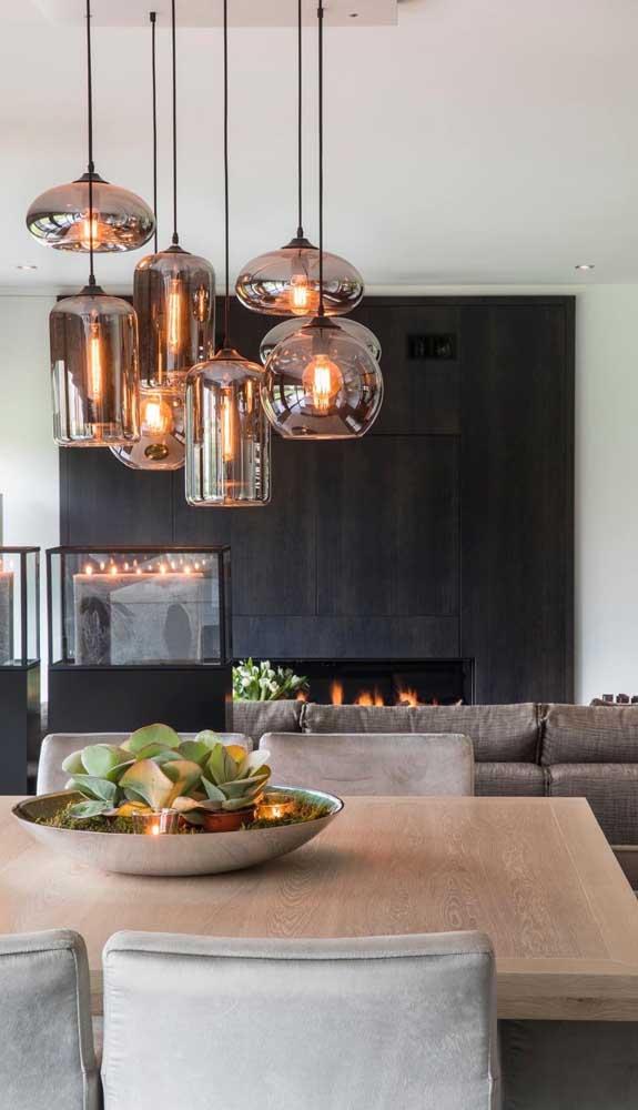 Que tal apostar em um conjunto de luminárias de teto de vários formatos para decorar o ambiente?