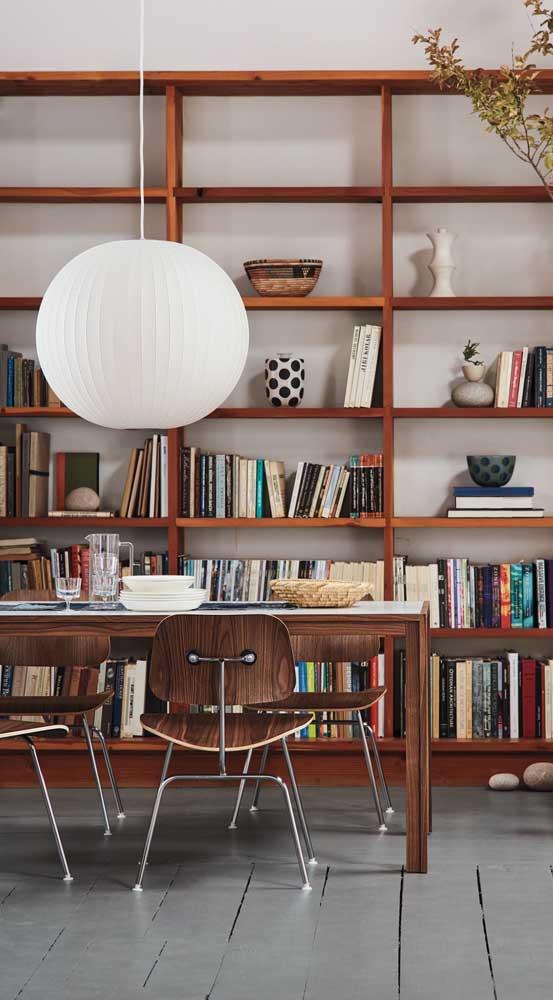 O que você acha de colocar uma luminária de teto gigante na sala de jantar?