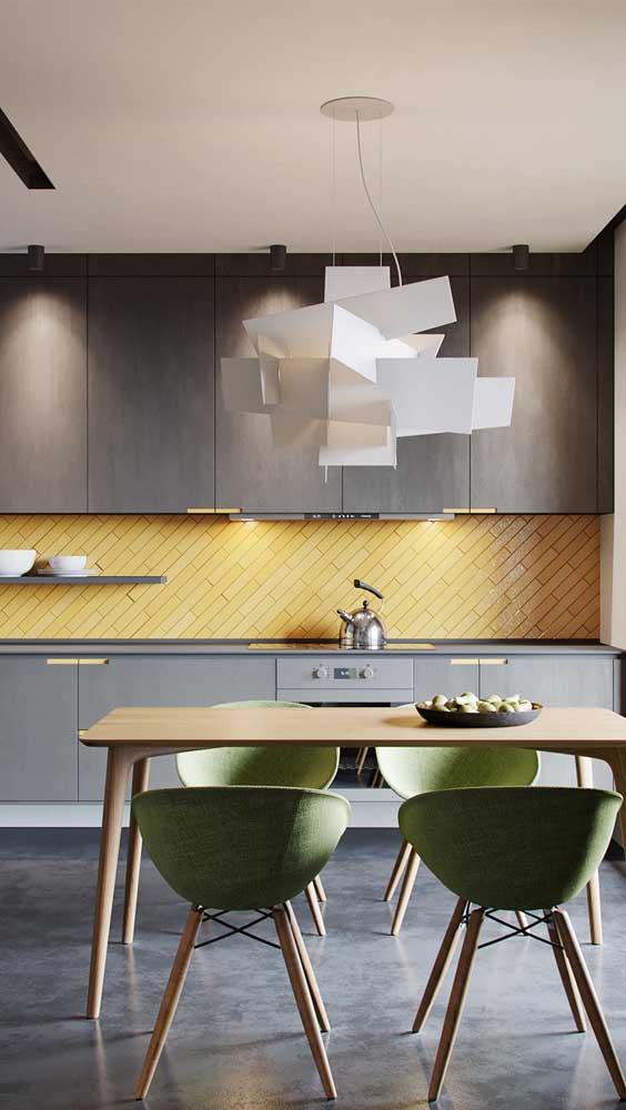 Você pode apostar em uma luminária com design geométrico diferenciado.