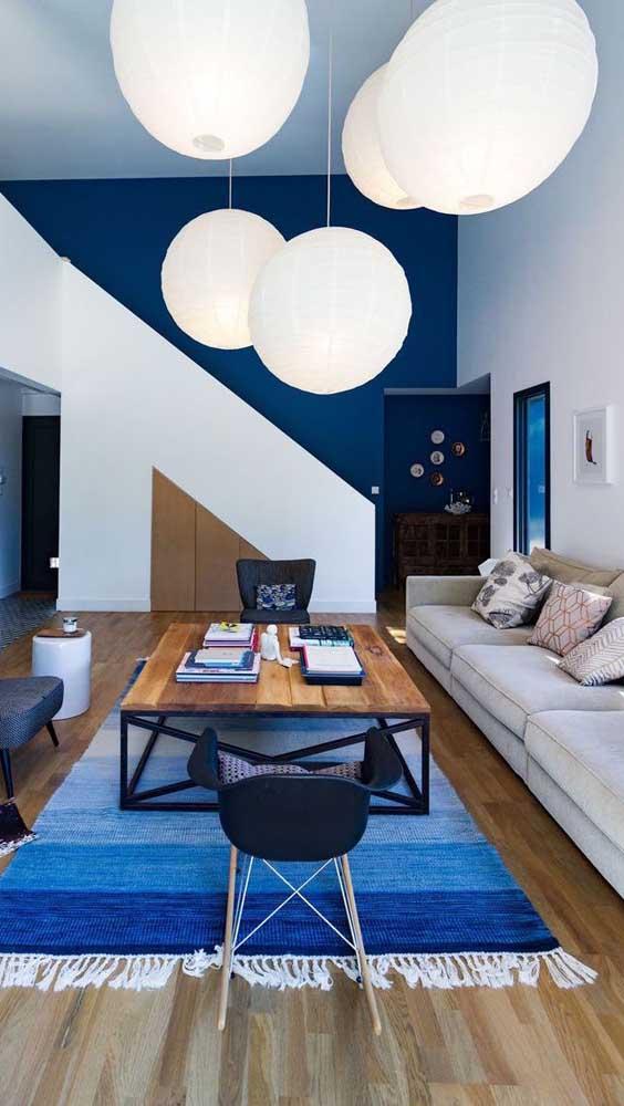 Que decoração mais linda misturando as cores azul e branca.