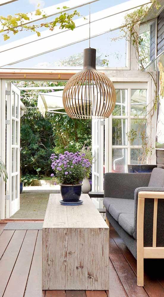 Uma luminária de teto rústica é perfeita para decorar ambientes em contato com a natureza.