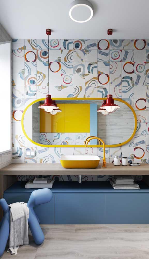 Escolha uma luminária de teto para banheiro que combine com a sua decoração.