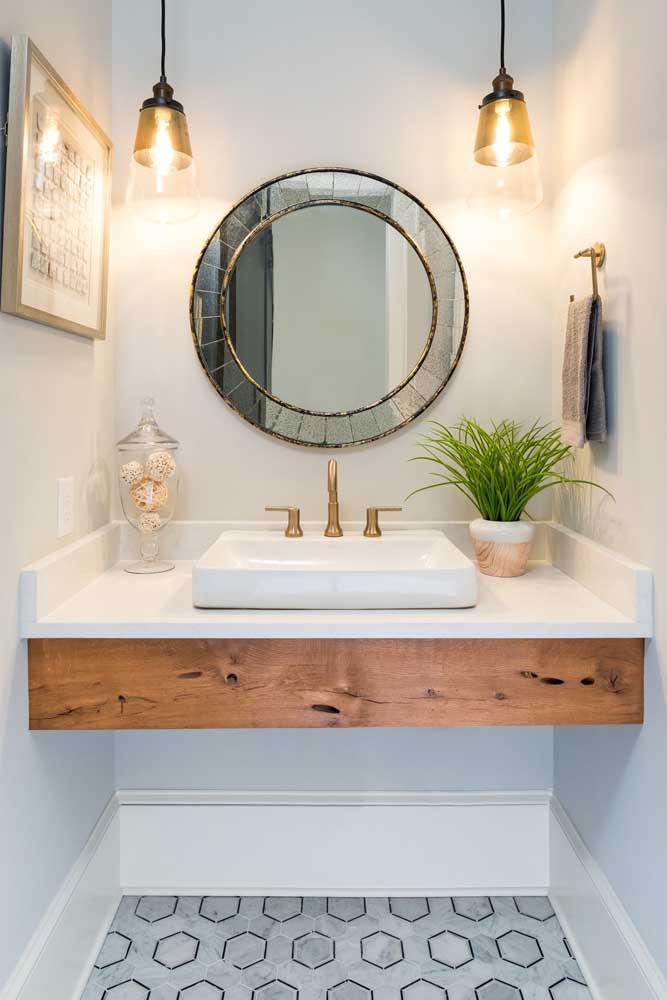 O que acha de usar a madeira de demolição na bancada da pia do banheiro?
