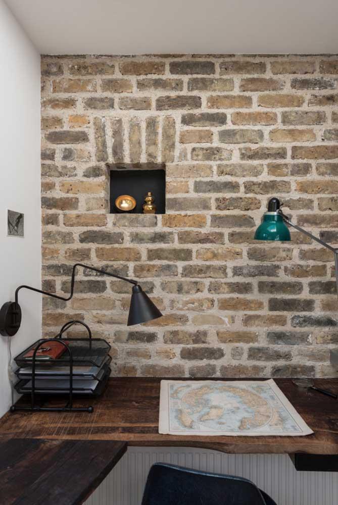 Não tem combinação mais perfeita do que madeira e parede de tijolos.