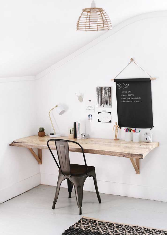 Aproveite a madeira de demolição para fazer sua mesa de estudos.