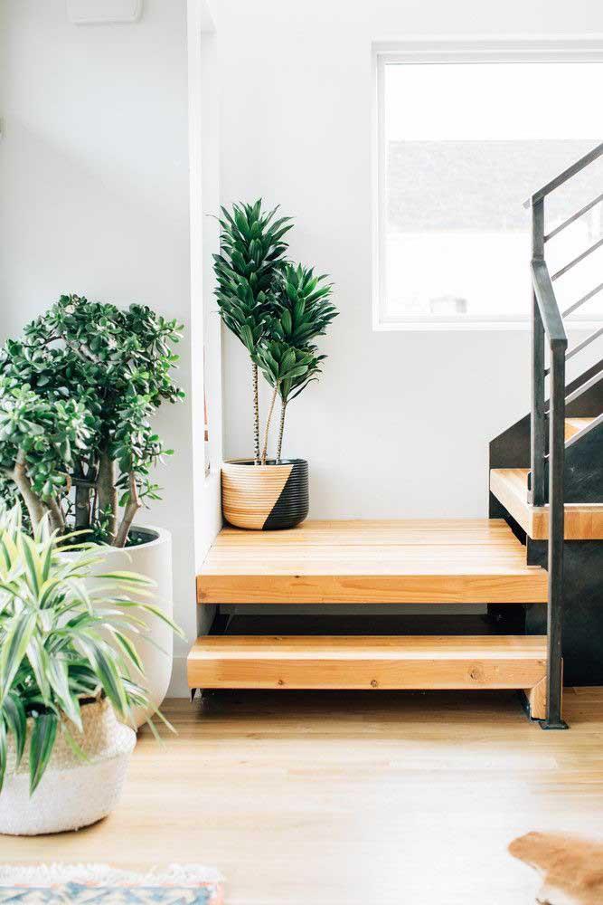 A madeira de demolição dá o toque todo especial para a escada.