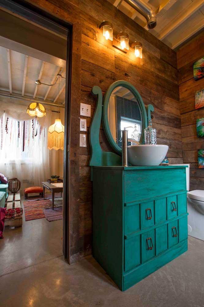 Um banheiro rústico feito de madeira de demolição é sempre mais aconchegante.