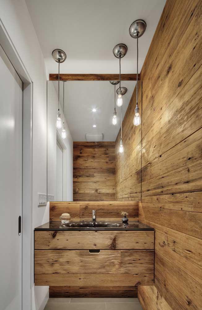 Que tal combinar a madeira da bancada do banheiro com a parede?