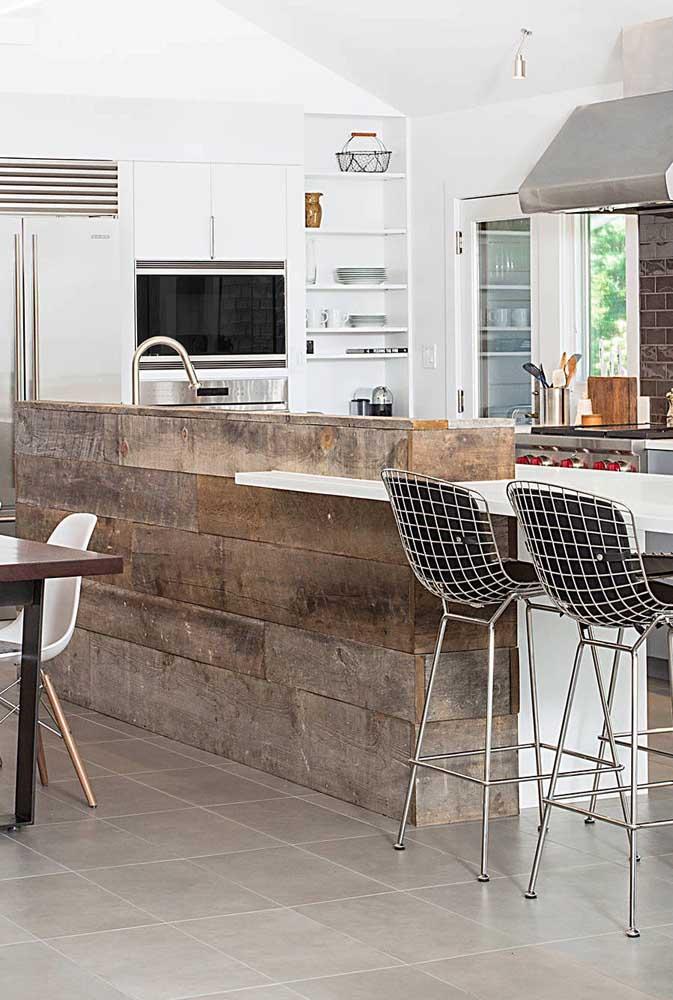 Com a madeira de demolição dá para construir uma bancada de cozinha diferenciada.