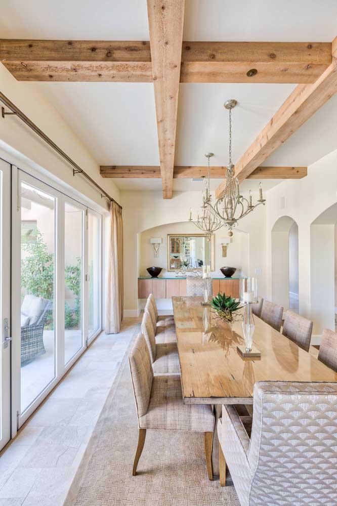 A decoração com a madeira deixa o ambiente mais clean.