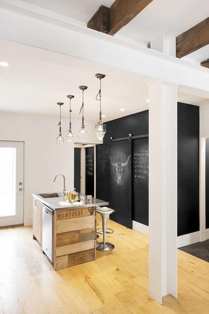 O contraste da parede moderna com uma decoração mais rústica.