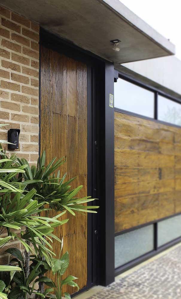 A madeira de demolição pode ser usada tanto na área interna quanto externa.