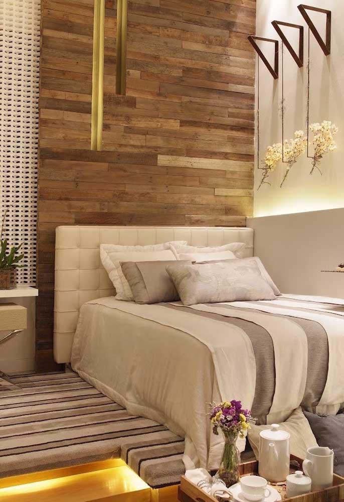 Que tal apostar em uma cabeceira de cama no estilo painel que cobre toda a parede?