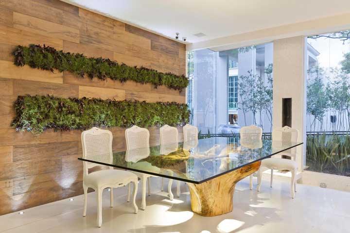 Você também pode apostar no painel de madeira de demolição para a sala de jantar combinando com a base da mesa.