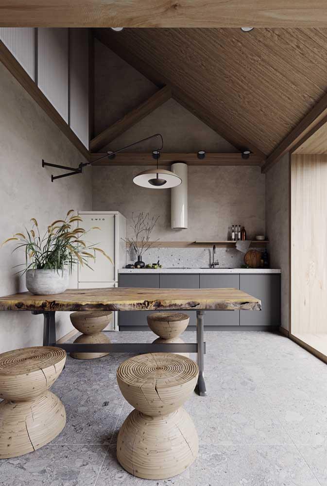 A mesa de madeira de demolição combina perfeitamente com ambientes mais rústicos.