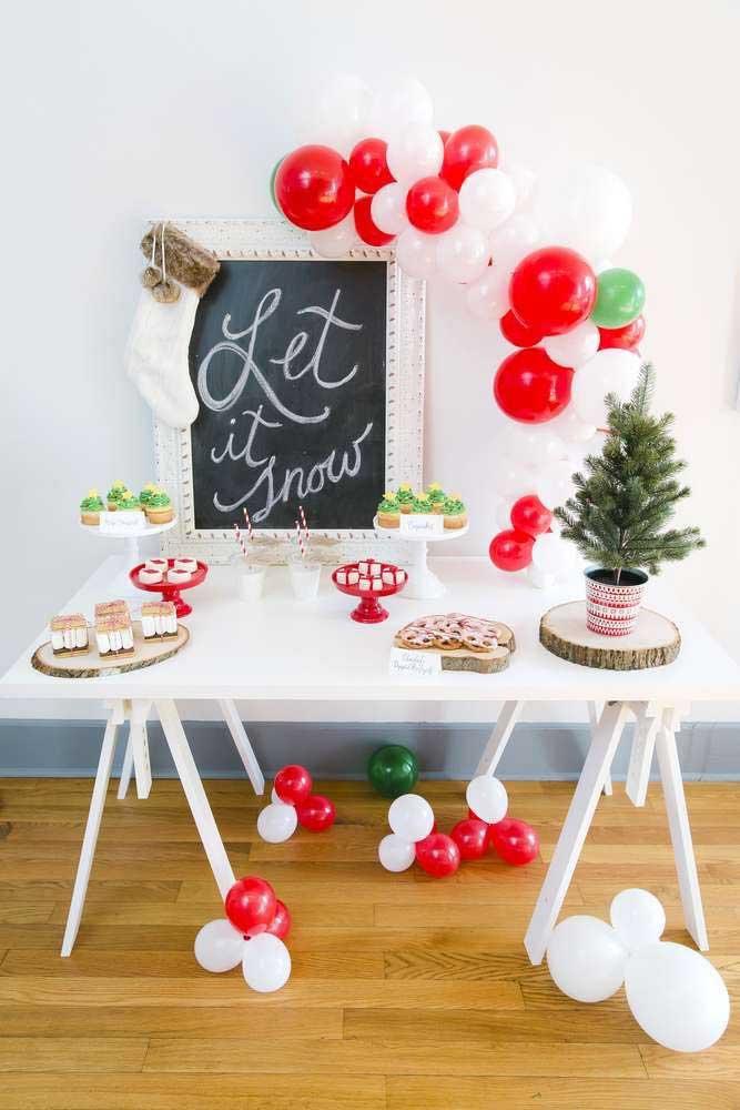 Um simples quadro lousa pode servir como painel de natal e você mesmo pode desenhar a árvore.