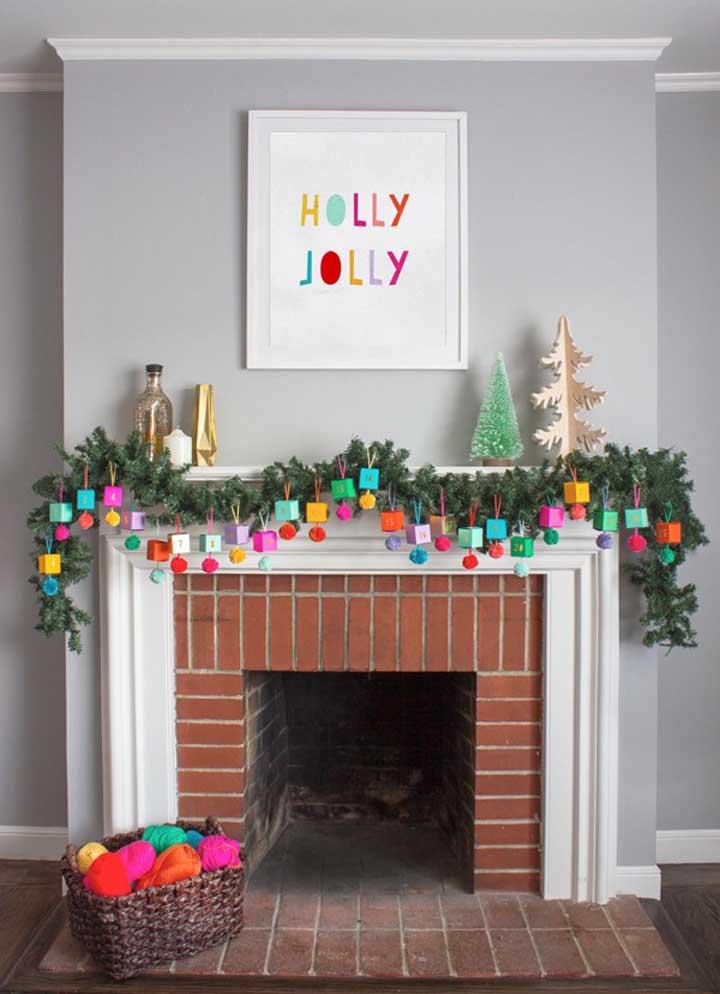 Aproveite a frente da chaminé para fazer uma bela decoração de natal.