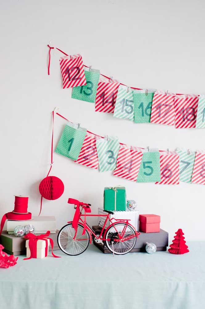 O que acha de pegar saquinhos vermelho e verde e criar um painel de natal?