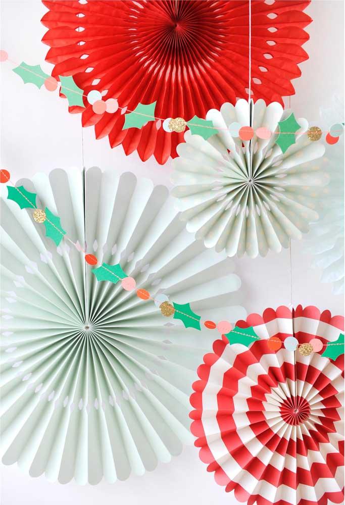 Aprenda a fazer enfeites para colocar no seu painel de natal e deixá-lo mais lindo.