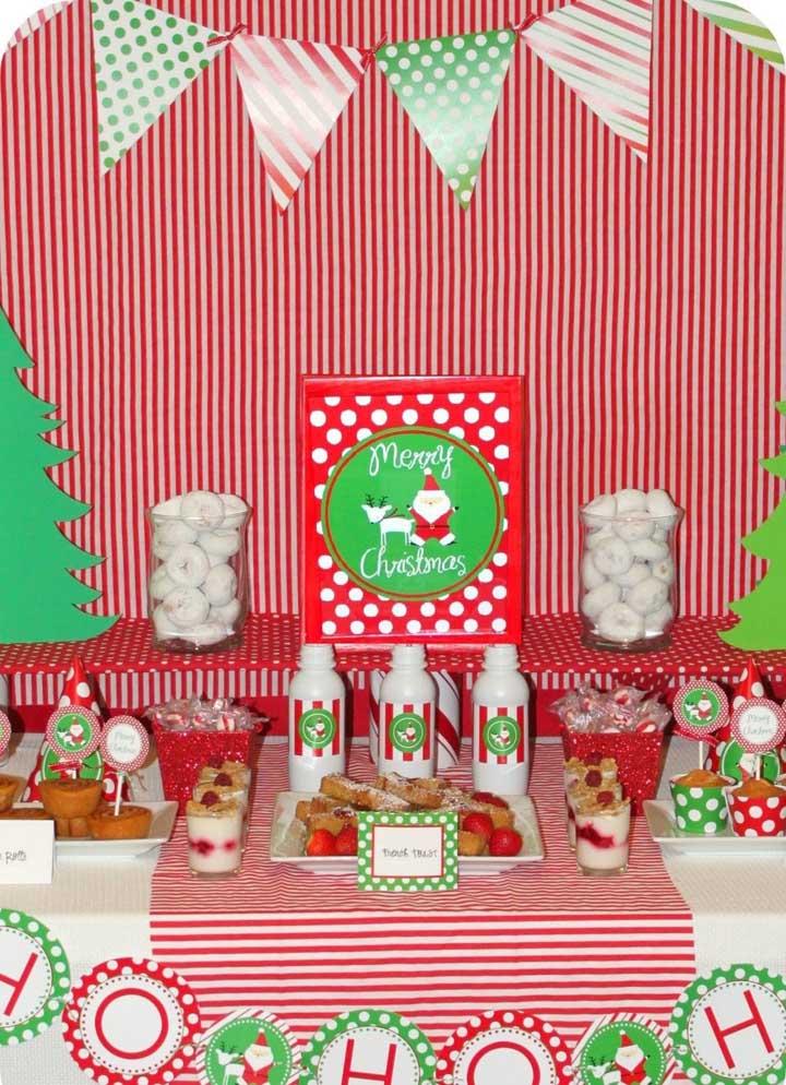 Você pode usar diferentes enfeites na hora de preparar um painel de natal.