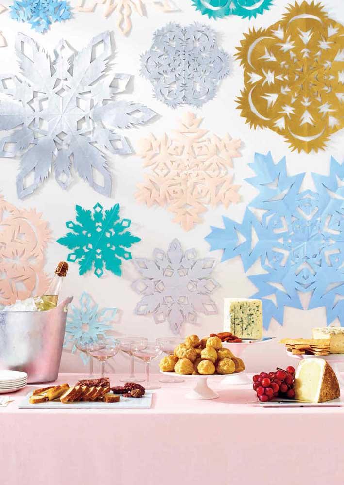 Ou você pode fazer flores coloridas com papel e colar na parede.