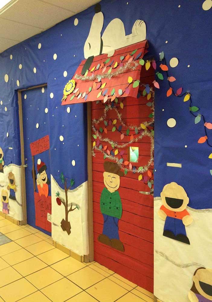 Você pode se inspirar na turma do Snoopy para fazer um painel de natal escolar.