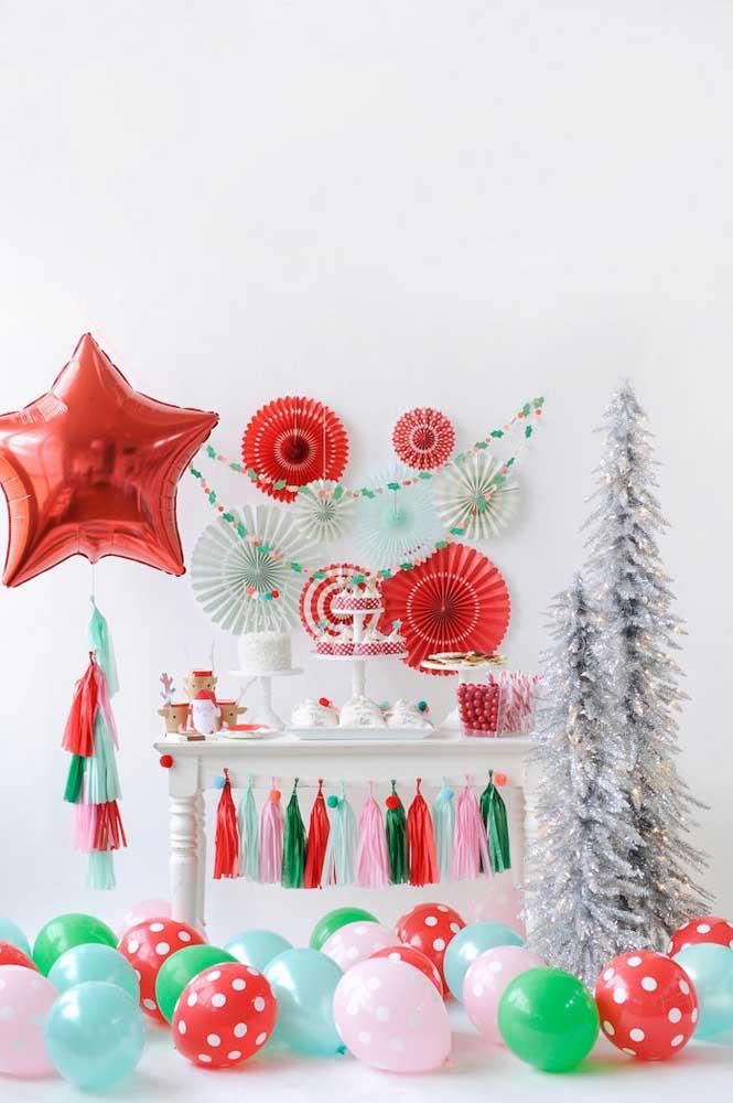 Com enfeites simples e fáceis de fazer é possível criar um lindo painel de natal.