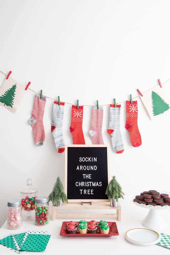 Não tem nada mais natalino do que pendurar meias para receber o presente do papai noel.