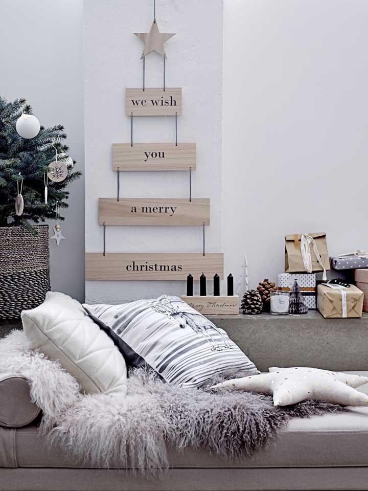 Para quem tem um estilo mais minimalista na decoração pode apostar em um painel de natal como esse.