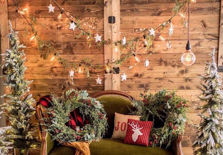 Guirlanda, estrelas, folhas e luzes não podem faltar na decoração de natal da sua casa.