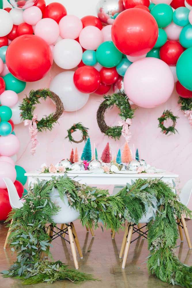 O que acha de fazer um painel de natal com balões desconstruídos que são super tendência na decoração?
