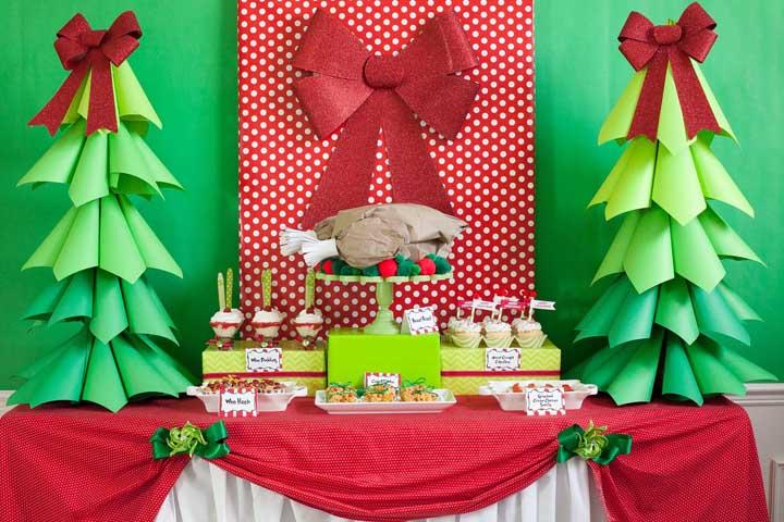 O painel de natal em EVA pode ser completado com outros tipos de materiais baratos e simples de fazer.