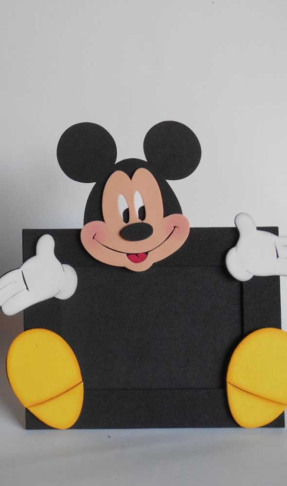 O porta retrato de EVA do Mickey pode ser usado como lembrancinha.