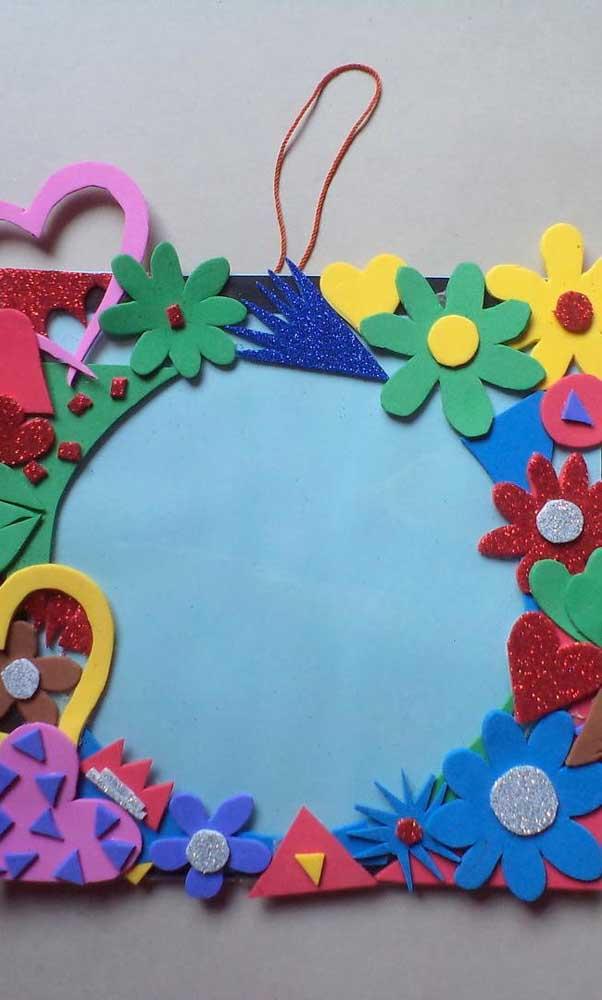 O que acha de enfeitar o porta retrato com flores?