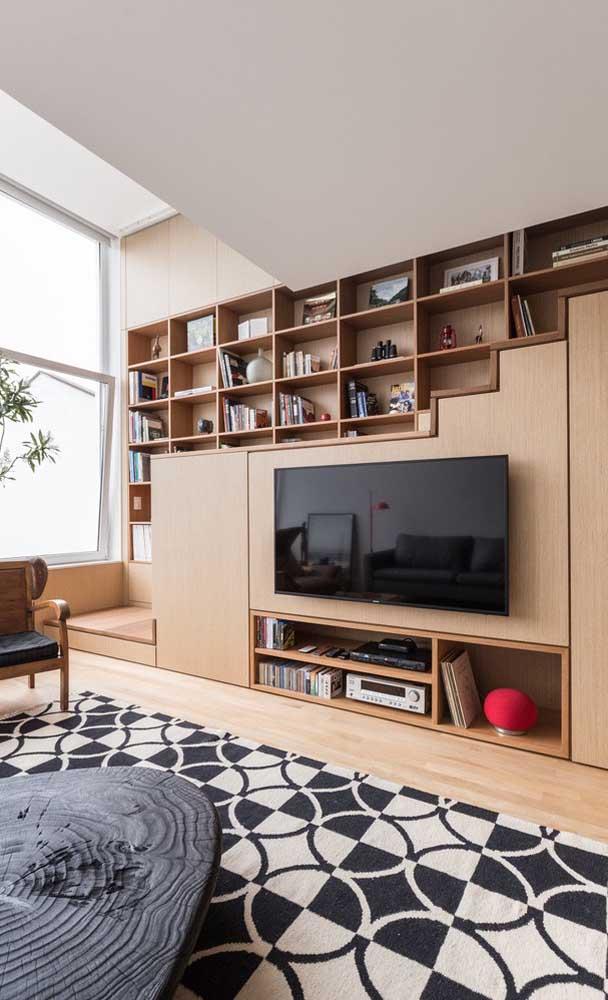 Uma ótima opção é usar a escada como painel da TV.