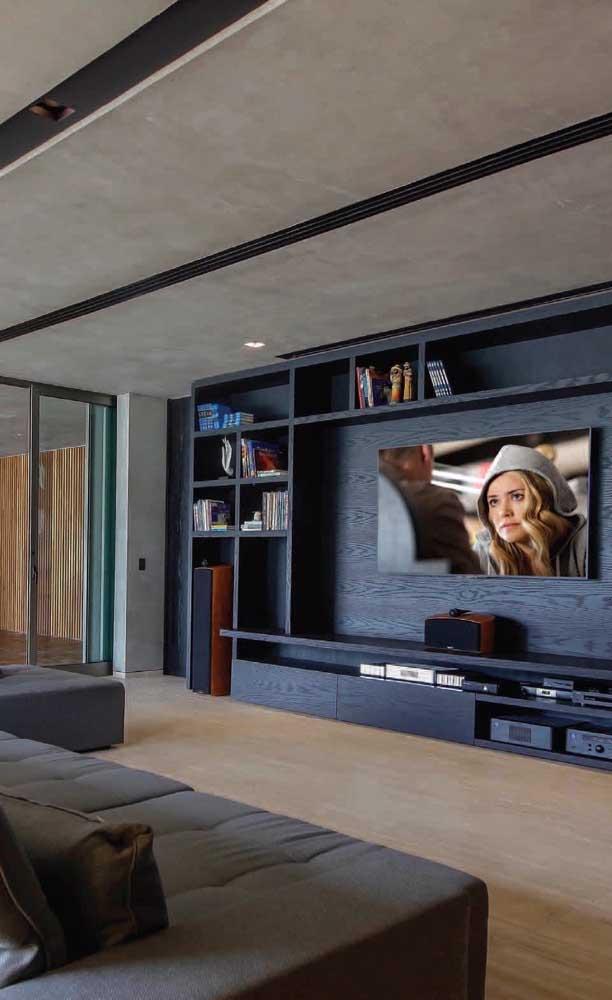 Cores como o azul e cinza são perfeitos para decorar a sala de TV.