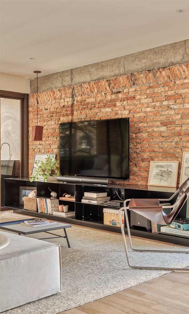 A parede de tijolos é uma das preferidas na decoração da sala de TV.