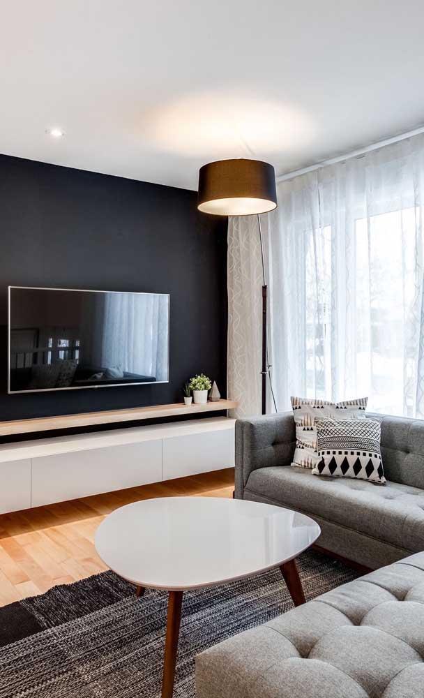 Que tal fazer uma parede toda preta por trás da TV?