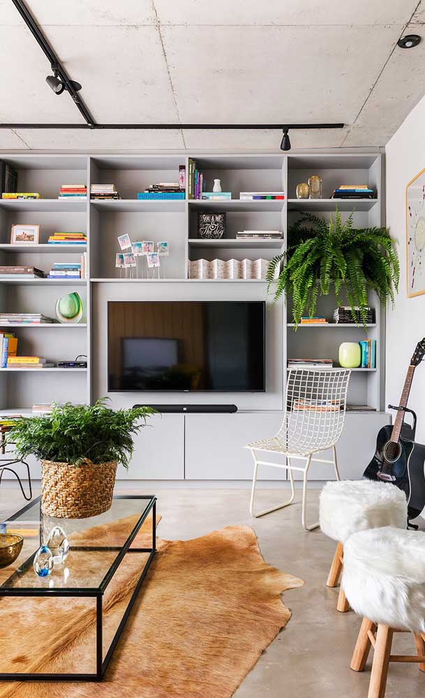 Olha o charme e elegância dessa sala de TV.
